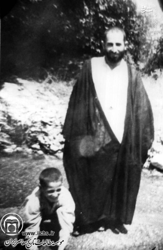 آیتالله محمد یزدی در دوران جوانی در کنار یکی از فرزندان