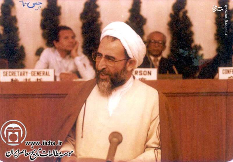 1360. پکن؛ آیتالله محمد یزدی در حال سخنرانی در یک سمینار بینالمللی
