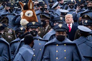ترامپ بدون ماسک در محاصره نظامیان