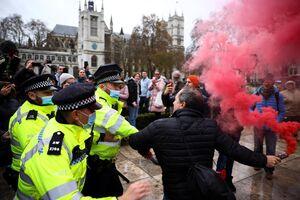 ادامه اعتراضات مردمی به محدودیتهای کرونایی در لندن