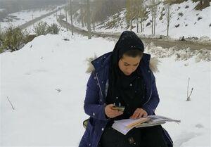 معلمی که میان برفهای نوک کوه درس میدهد
