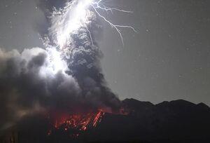 تصویری دیدنی از فوران کوه آتشفشانی در ژاپن