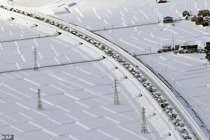 عکس/ گیرافتادن خودروها در روز برفی ژاپن