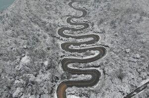 تصویر هوایی از جاده مارپیچ برفی