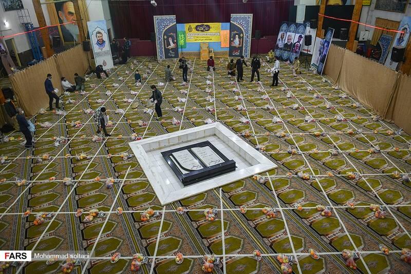 تهیه و بسته بندی  بسته های کمک معیشتی شب یلدا برای افردا کم برخوردار از رفاه اجتماعی در حسینیه عاشقان کربلا مرکز استان
