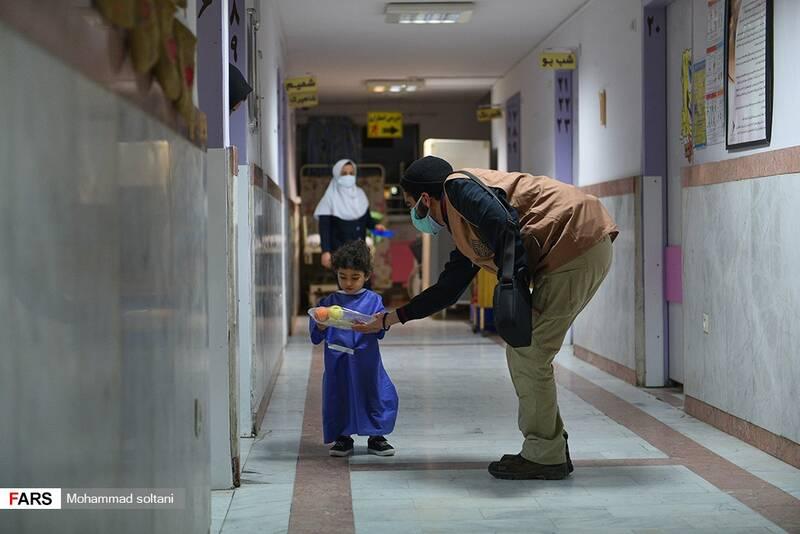اهدای بسته های شب یلدایی  در بخش کودکان  بیمازستان بوعلی ساری