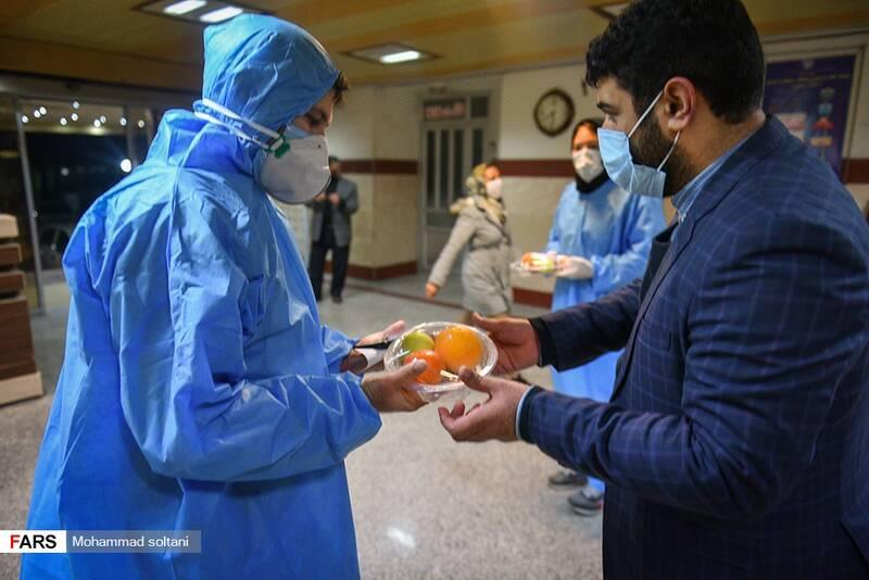 اهدای بسته های شب یلدایی برای مدافعین سلامت بیمارستان های ساری   تا باردیگر بگوییم قدر دان زحماتتان هستیم
