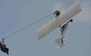برخورد هواپیما با کابل برق