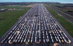 عکس/ صف طولانی کامیونها در مرز انگلستان