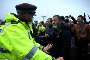 عکس/ درگیری رانندگان کامیون با پلیس انگلیس