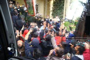 تجمع پرسپولیسیها مقابل هتل در شرایط کرونایی +عکس