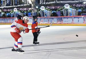 عکس/ پوتین با یک کودک هاکی بازی کرد