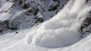 فیلم/ لحظه سقوط بهمن هنگام اسکی