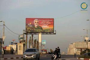 """نصب بیلبورد مزین به شمایل سپهبد شهید سلیمانی در خیابان """"الرشید"""" غزه"""