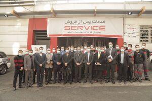 لوح سپاس شرکت بازرسی کیفیت و استاندارد ایران در دستان مدیر عامل شرکت مدیران خودرو