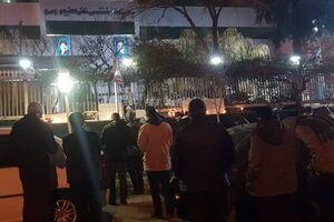 حضور مردم و دانشجویان مقابل بیمارستان خاتم الانبیاء(ص) و وداع با آیت الله مصباحیزدی