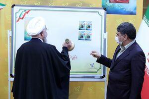 عکس/ رونمایی روحانی از تمبر یادبود سردار دل ها