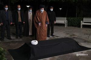 عکس/ اقامه نماز رهبر انقلاب بر پیکر مرحوم آیتالله مصباح یزدی