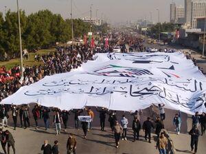 عکس/ برافراشته شدن پرچم بزرگ حشدالشعبی در بغداد