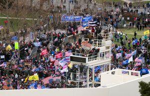 فیلم/ معترضان پرچم آمریکا را از ساختمان کنگره پایین کشیدند