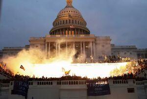 عکس/ آتشبازی هواداران ترامپ روی پلکان کنگره آمریکا