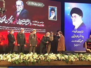عکس/ اهدای نشان درجه یک نصر به شهید فخریزاده