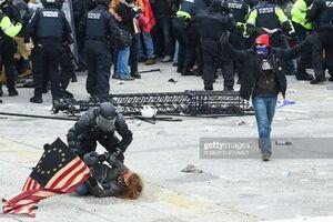 حمله پلیس آمریکا با یک زن معترض