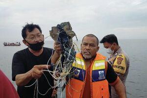 فیلم/ غواصان اندونزی به دنبال هواپیمای سقوطکرده