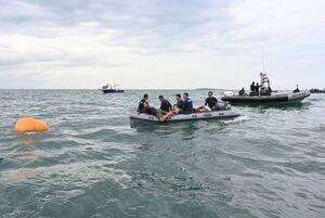 بیرون کشیدن اجساد سرنشینان هواپیمای اندونزی از دریا