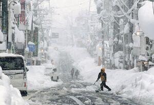عکس/ بارش برف در ژاپن جان یک نفر را گرفت