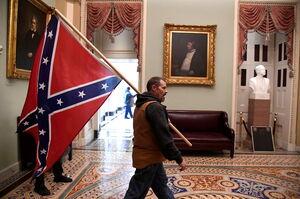 ابعاد دیگری از یک حادثه بیسابقه/ پرچم جنگ داخلی آمریکا در کنگره چه میکرد؟ +عکس و فیلم