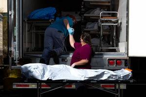 عکس/ کانتینرهای پر از اجساد قربانیان کرونا