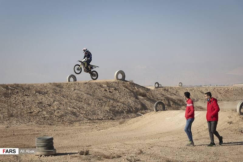 هنرنمایی موتورسواران در پیست موتورکراس سرخه