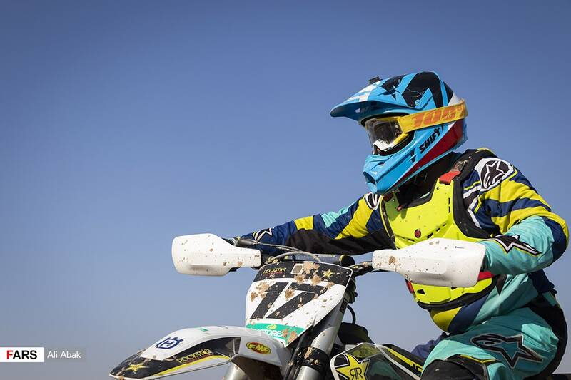 آمادگی موتورسواران برای حضور در رقابتها در پیست موتورکراس سرخه