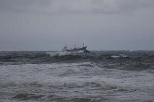فیلم/ غرق شدن یک کشتی باری در دریای سیاه