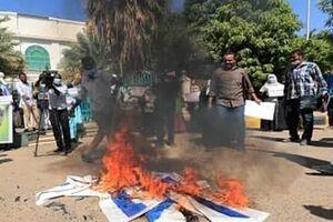 تصاویر| به آتش کشیده شدن پرچم رژیم صهیونیستی در تظاهرات سودان - کراپشده