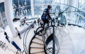 عکس/ صعود از پلههای برج ۳۳ طبقه با دوچرخه