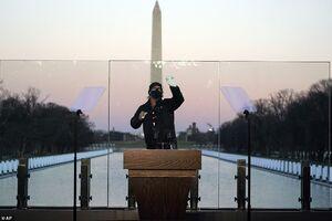 عکس/ نصب شیشه ضدگلوله در محل سخنرانی بایدن