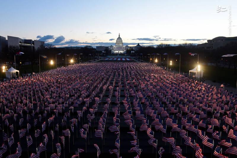بیش از 190 هزار پرچم مقابل کاخ سفید نصب شده است تا نمادی برای نبود حضور مردمی در مراسم تحلیف ریاست جمهوری در آمریکا باشد.