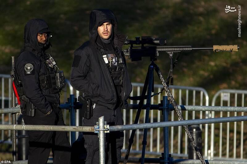 گروهی از تک تیراندازها برای تامین امنیت مراسم تحلیف در اطراف محوطه محل برگزاری مراسم در واشنگتن مستقر شدهاند.