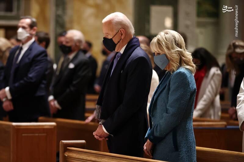 جو بایدن و همسرش به همراه شماری از اعضای مجلس نمایندگان آمریکا در کلیسای «متیو» و شرکت در مراسم سنتی پیش از مراسم تحلیف