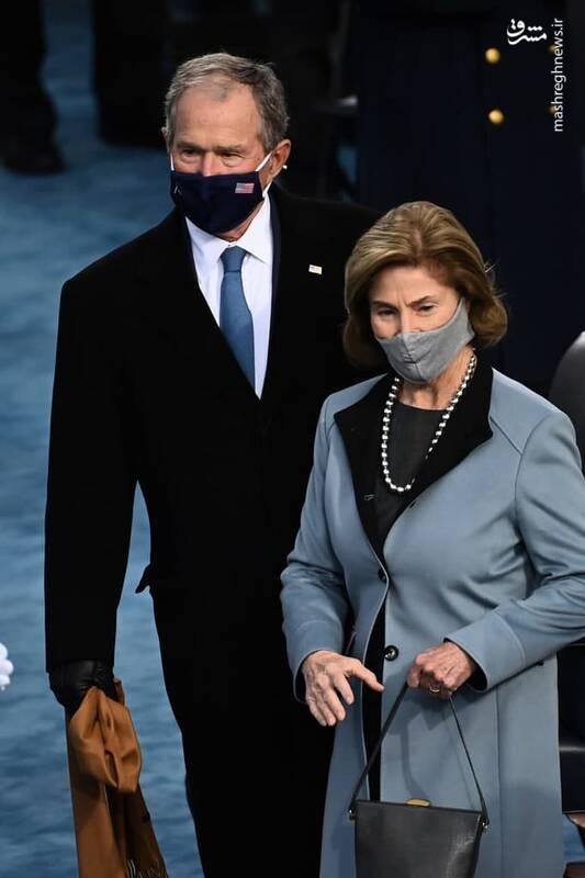 جورج بوش به همراه همسرش برای قرار در جایگاه خود وارد محوطه کنگره شدند