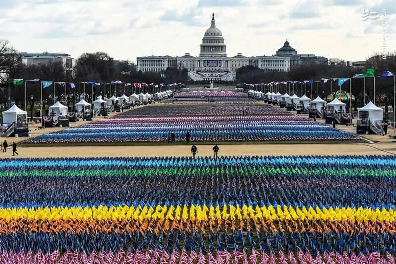 در مراسم تحلیف جو بایدن هزاران پرچم مقابل کاخ سفید نصب شده است تا نمادی برای عدم حضور مردمی در این مراسم باشد.