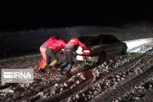 عکس/ امدادرسانی به خودروهای گرفتار در برف اشنویه