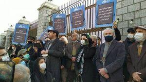 انتقاد از تجمع مقابل بیمارستان محل بستری افراد مشهور