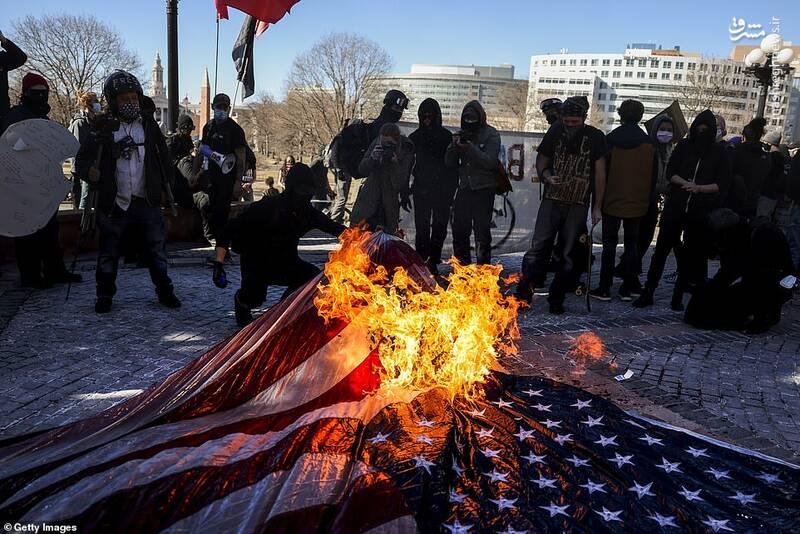 آتش زدن پرچم آمریکا در سیاتل و پورتلند همزمان با مراسم تحلیف بایدن در واشنگتن