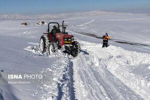 عکس/ تلاش برای بازگشایی محور پوشیده از برف در تبریز
