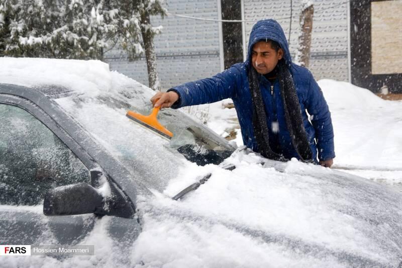 مردم در حال برف روبی