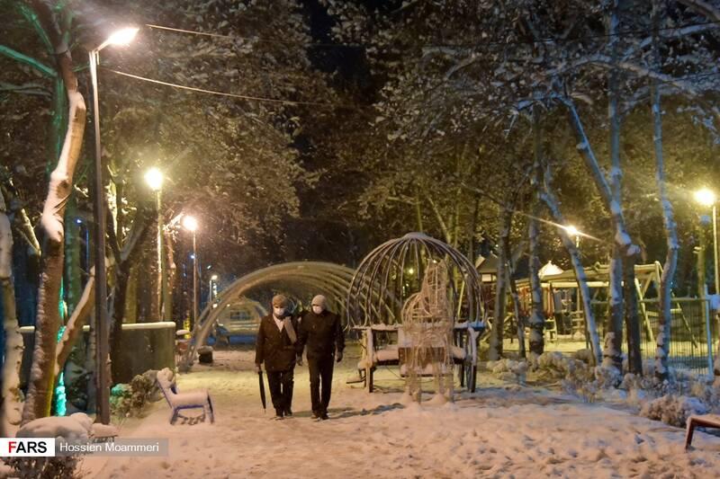 قدم زدن مردم در شب برفی بجنورد