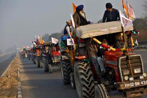 فیلم/حمله کشاورزان تراکتور سوار به پلیس!